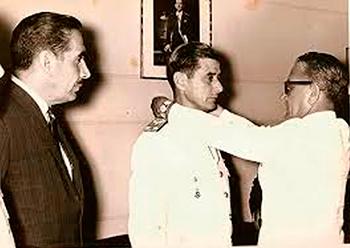 """Entrega da medalha """"Estrella ao Merito Militar"""" concedida pelo governo do Chile, em 1966."""
