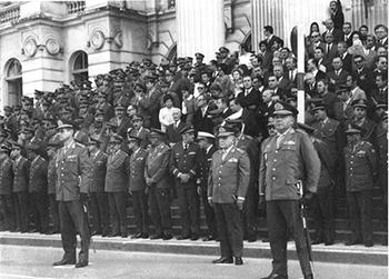 Solenidade de passagem do comando da 5ª RM/DI realizada na praça Santos Andrade, em 1971